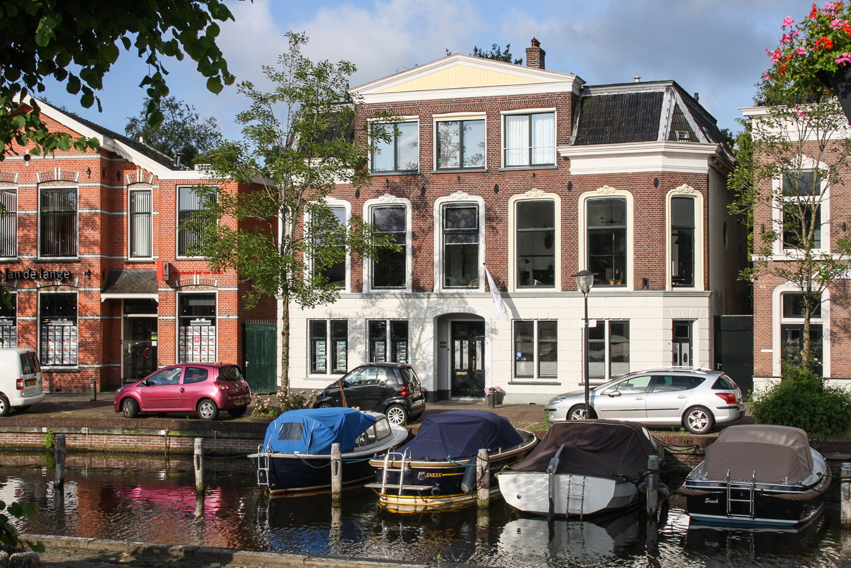 Verkocht: B&B (5 kamers) in monumentaal grachtenpand met ruime privé woning aan de Elfstedenroute Sneek (Friesland)